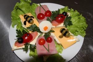 ассорти детских бутербродов ( с семгой, с сыром, с ветчиной)