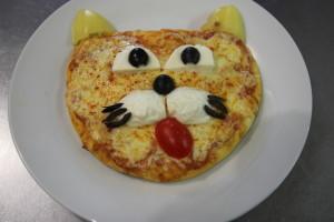 пицца с копченой колбасой, помидорами, красным луком и двумя видами моцареллы