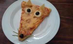 пицца с курицей, грибами и тремя видами сыра.