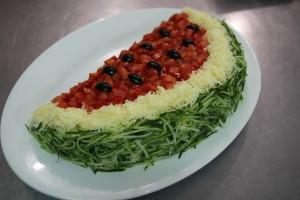 салат АРБУЗНАЯ ДОЛЬКА с курицей, грибами, сыром и свежими овощами