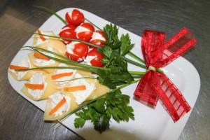 творожно-чесночная закуска из сыра и томатов черри